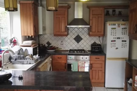 Double fully furnished bedroom in Feltham - Feltham - Bed & Breakfast