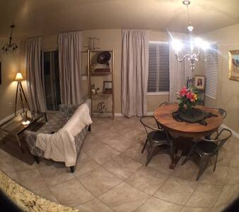 Beautiful condo with many features - Apartment