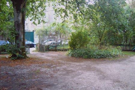 F2 atypique de 75M2 avec terrasse/jardin + parking - Huoneisto