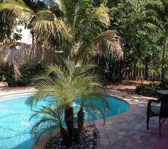 Casual Florida 3 bed 2 bath W/Pool - Ház
