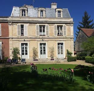 AU CALME CHAMBRE DANS DEMEURE REMARQUABLE - Auxerre
