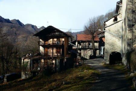 Stay w/ Italian Artist in 1600 Casa - Varallo - Maison