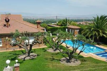 Casa de Piscina y Jardín en Logroño - Alberite - Casa