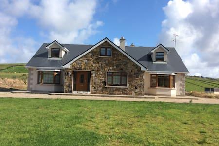 Beautiful Home on Carrowmore Lake - Haus