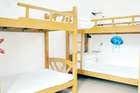 三亚榴莲青年旅舍(蜈支洲岛店)女生多人间的一个床位 - Schlafsaal