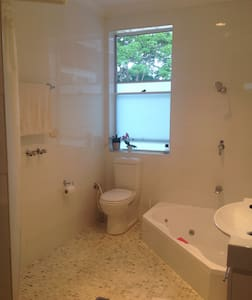 Lovely, clean, quiet room and house - Dulwich Hill - Bed & Breakfast