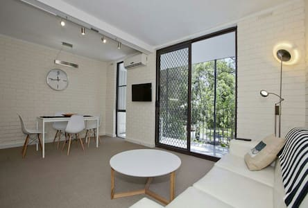 Sunny 2bed, leafy view & carspace - Appartement