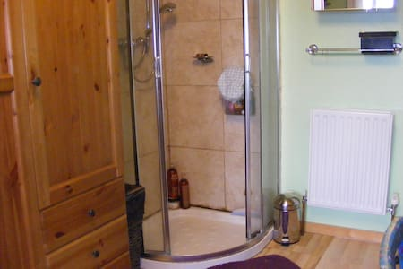 Double en-suite  Huge discounts - Guiseley - Outro