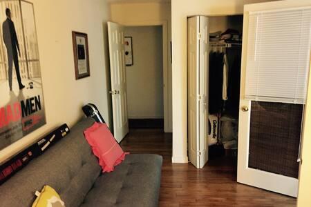 Bedroom in condo - Northampton - Apartment