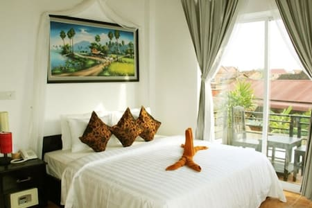 Private Double Room, Balcony- free pick up - Krong Siem Reap - Vila