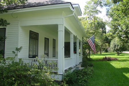 Gus & Hallie's Place - Bed & Breakfast