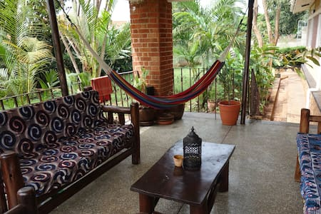 Tranquil and Leafy Four Poster Double Room - Kampala - Dom