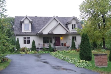 Beautiful house In Mont St-Hilaire! - Mont-Saint-Hilaire - Huis