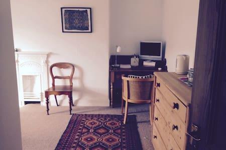 Beautiful, peaceful attic room. - Hus