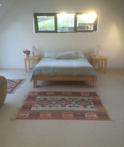 Sunny spacious room/ rural setting - House