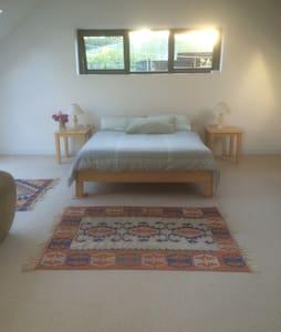 Sunny spacious room/ rural setting - Rumah