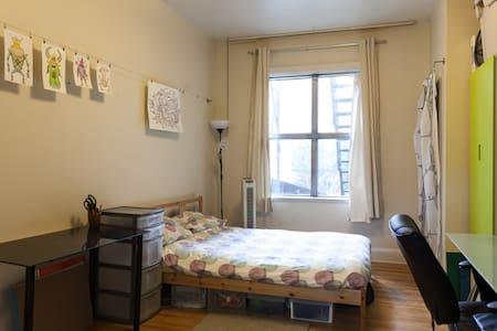 Simple, Spacious Annex Bachelor - Appartement