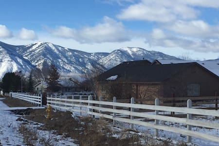 "Carson Valley Cottage: ""Lola's Little House"" - Minden"