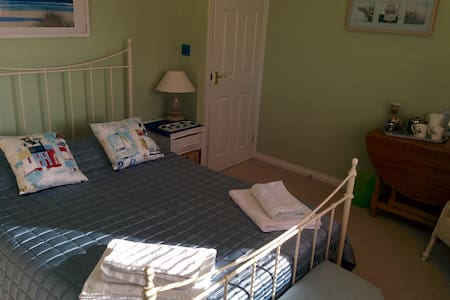 large double bedroom in family home. - Calne - House