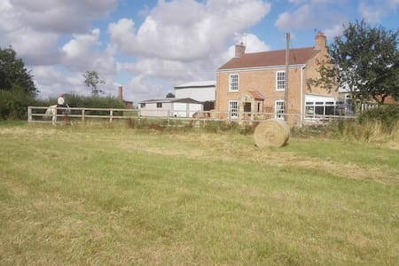 Stay on a Farm: Country life:  Brampton Dales Farm - Upton - Apartamento