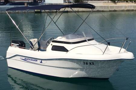 Quicksilver 450 Cabin - Split - Bateau
