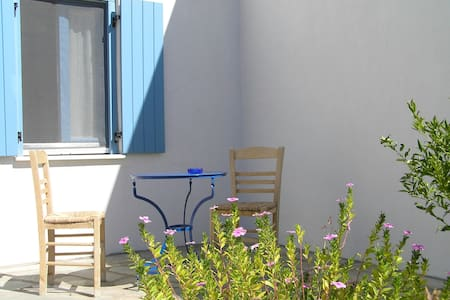 sunny house with double garden in Paros - Talo