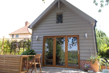 Beautiful converted barn in tranquil garden - Wikt i opierunek