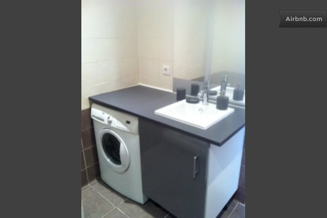 Loue appartement centre cannes in cannes for Lave linge salle de bain