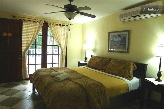 Hibiscus house bed and breakfast in contadora island for A host and hostess for the bed breakfast