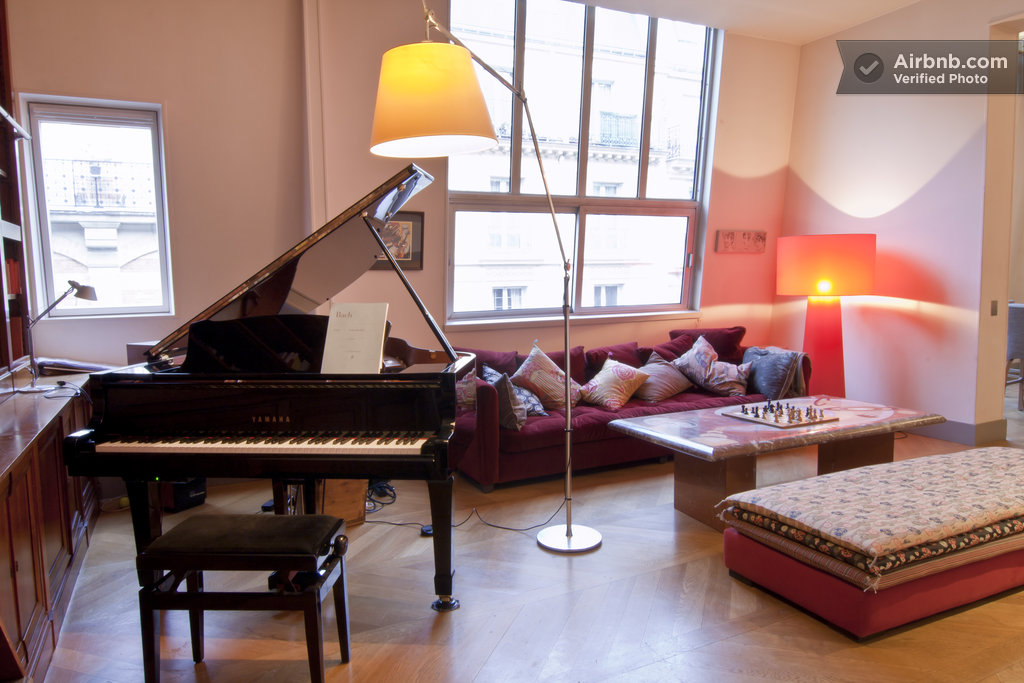 Room in a loft with a piano in paris for Grand piano in living room